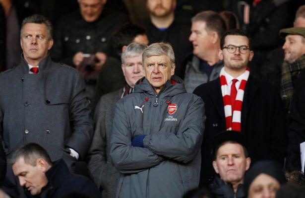 Wenger đầu hàng Man City vì tiền