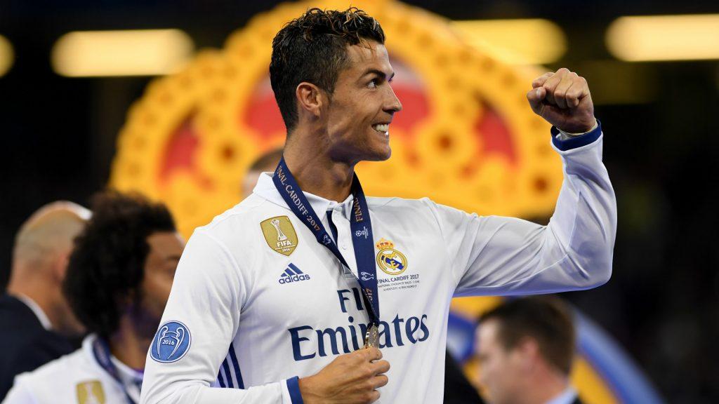 hinh anh Ronaldo voi huy chuong